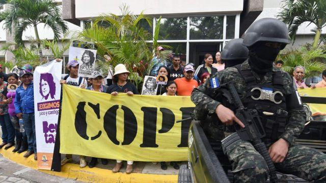 Protesta exigiendo justicia para Berta Cáceres