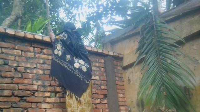 পরিবারের মহিলাদের বাইরে যেতে হচ্ছে মই দিয়ে দেওয়াল টপকে