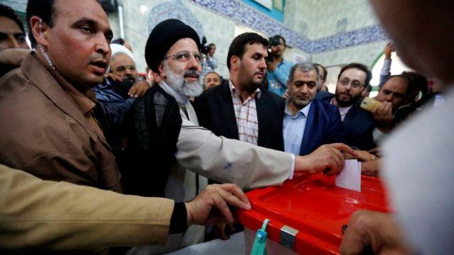 Ebrahim Raisi vota na eleição presidencial iraniana de 2017 em uma seção eleitoral no sul de Teerã (19 de maio de 2017)