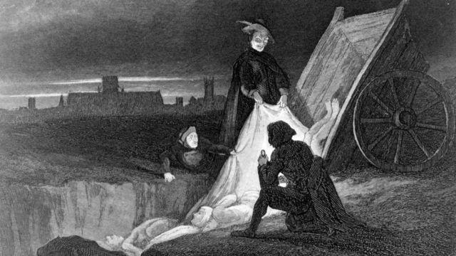 сбрасывают тела умерших в чумную могилу