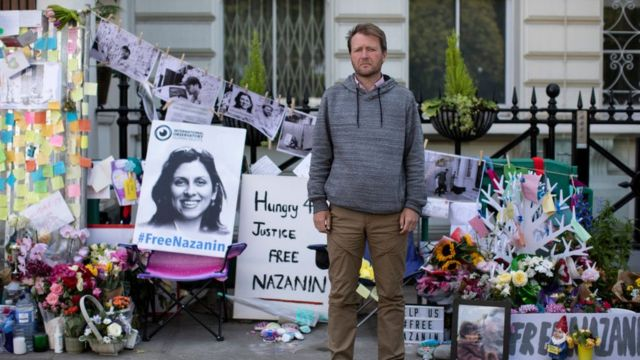 همسر نازنین زاغری مقابل سفارت ایران در لندن