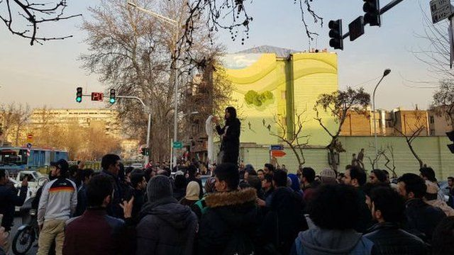 اعظم جنگروی در خیابان انقلاب بهمن ۱۳۹۶