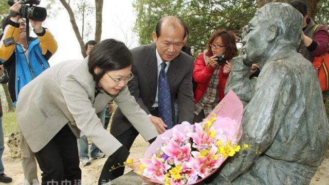 台湾总统蔡英文过去曾前往向八田与一铜像献花致意