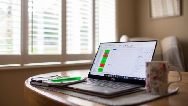 Una computadora con una planilla de Excel en casa.