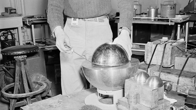 Reprodução do experimento em que Stolin usou uma chave de fenda para evitar que o núcleo fosse totalmente coberto