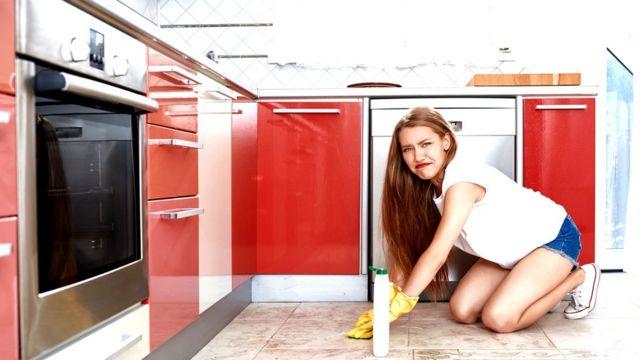 Chica limpiando.