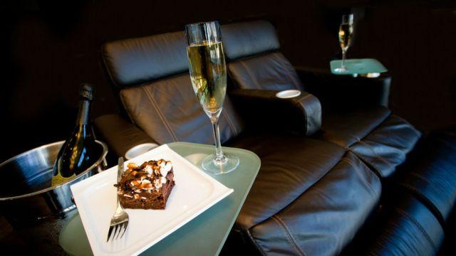 Sala de cine con comida