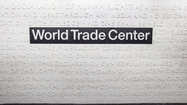 벽은 흰색 대리석으로 만든 모자이크로 장식됐다. 모자이크에는 미국의 독립선언문과 유엔의 세계인권선언문이 새겨져 있다
