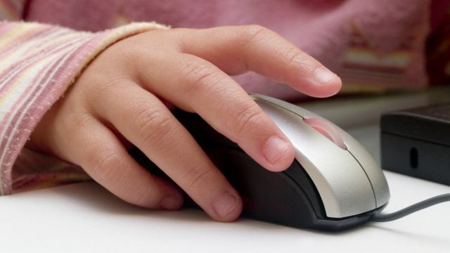niña usando mouse