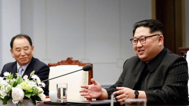 Kim Yong Chol (Kulia ) akiwa na Rais Kim Jong-un Aprili 2018
