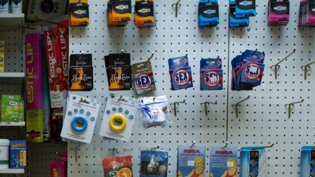 صيدلية في فنزويلا تعرض علب الواقيات الذكرية،