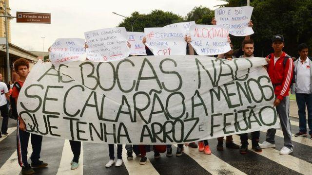Estudantes secundaristas protestam contra a falta de merenda e as denúncias de corrupção na alimentação escolar em São Paulo