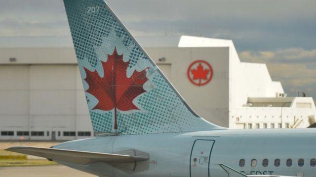 Avión con hoja de la bandera de Canadá.