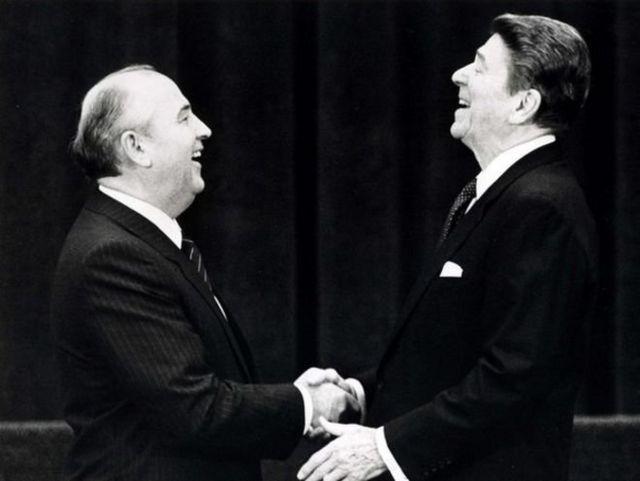 戈爾巴喬夫與美國總統里根握手。蘇聯與美國關係緩和,冷戰走向結束。