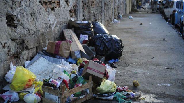 lixo acumulado em calçada