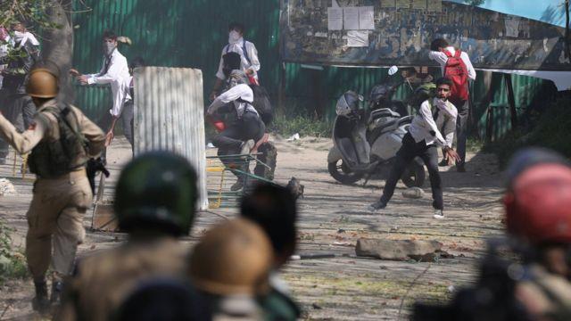 কাশ্মীরে সেনাবাহিনীর বিরুদ্ধে ঢিল ছুঁড়ে বিক্ষোভ দেখাচ্ছে প্রতিবাদকারীরা