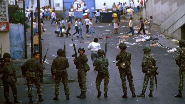 Ejército en 1989 controlando la revuelta popular.