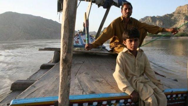 सिंधु नदी में नाव पर सवार लोग