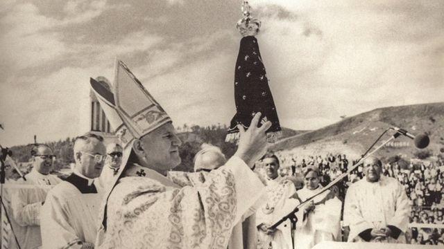 Papa João Paulo 2º segura imagem de Nossa Senhora Aparecida durante visita ao Brasil