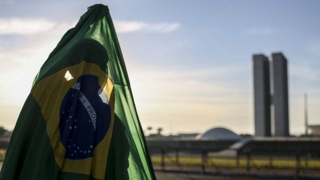 Pessoa com bandeira do Brasil em Brasília