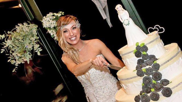 Лаура Меси разрезает свадебный торт