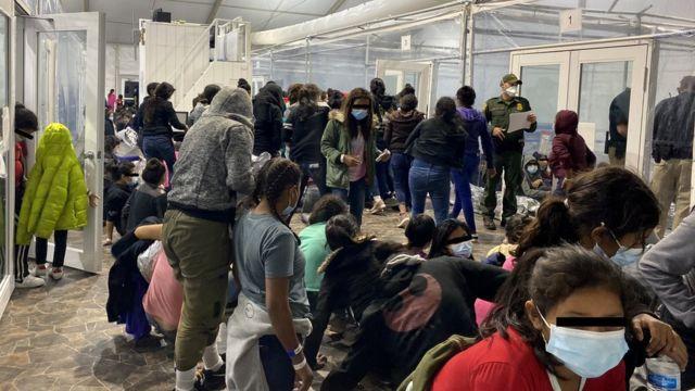 Migrantes no centro de processamento temporário da Alfândega e Proteção de Fronteiras dos EUA na cidade de Donna