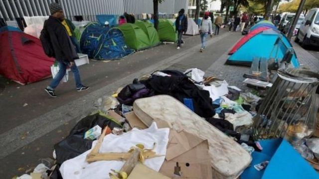 Des migrants s'installent dans la rue à Paris, en octobre 2016 (photo d'archives).