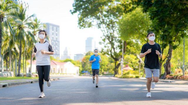 Pessoas correndo de máscara