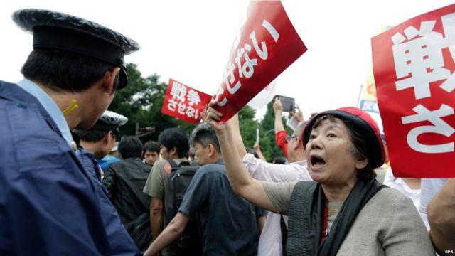 ふだんはあまり声高に政治に抗議しない日本人が、国会周辺に大勢集まった。2015年8月30日。