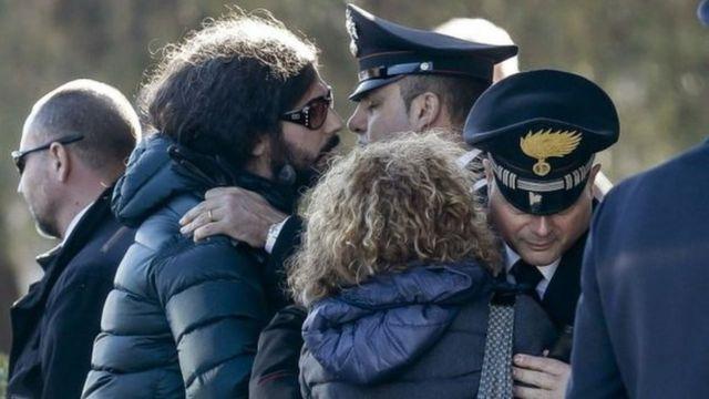 حضر أقارب إحدى الضحايا الإيطاليات لاستلام نعشها بعد وصوله من ألمانيا