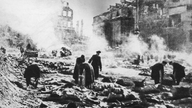 тела на улицах разбомбленного Дрездена