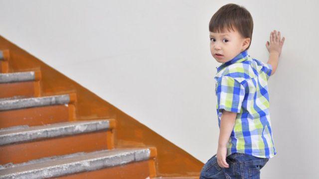 Niño subiendo escaleras