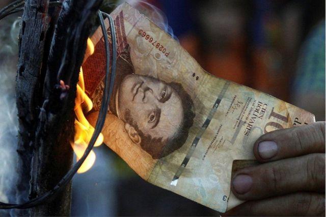 विरोध स्वरूप कुछ लोगों ने 100 बोलिवर के नोट भी जलाए.