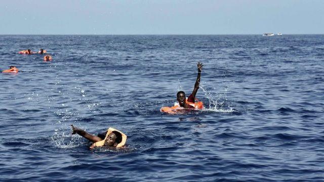 Los inmigrantes desesperados se lanzaron al mar