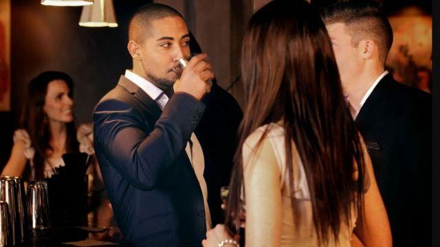 Personas tomando algo en un bar.