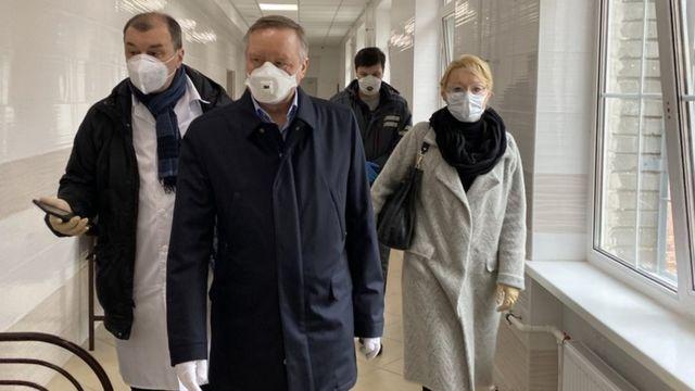 Александр Беглов во время посещения больницы