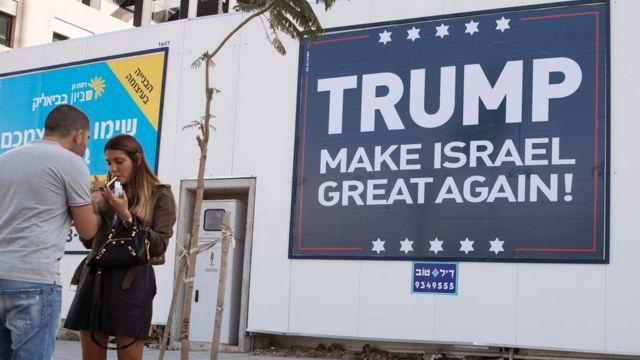 لافتة تأييد لترامب في إسرائيل خلال الحملة الانتخابية الرئاسية الأمريكية.