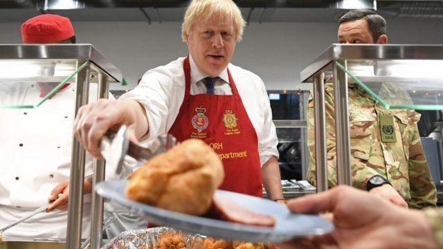 Борис Джонсон роздавав традиційний різдвяний обід на військовій базі у Тапі