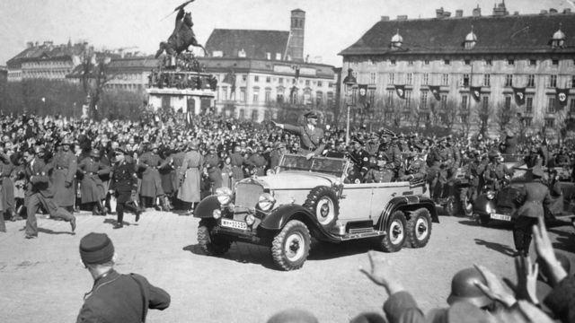 هتلر في فيينا بعد ضم البلاد إلى ألمانيا النازية