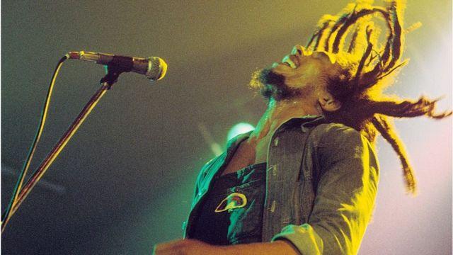 Bob Marley cantando y sus cabellos vuelan