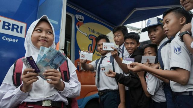 Program Bansos Belum Optimal Mengapa Jokowi Kembali Janjikan Kartu Sakti Bbc News Indonesia