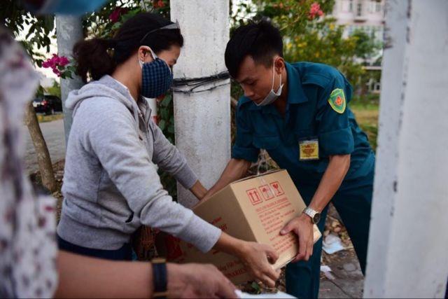 Người thân chuyển đồ tiếp tế vào cho người trong khu cách ly ở ký túc xá ĐH Quốc gia TP HCM