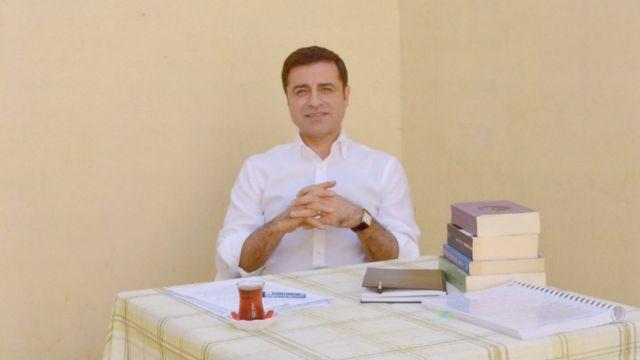 Selahattin Demirtaş'ın cezaevinde çekilen fotoğraflarını HDP paylaştı.