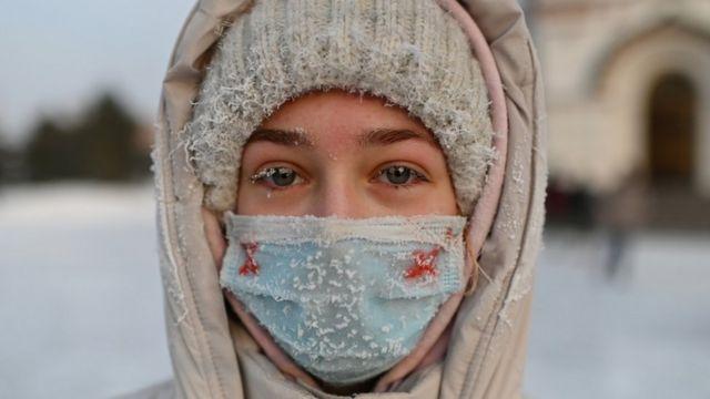 تظاهرکنندهای در هوای سرد امسک