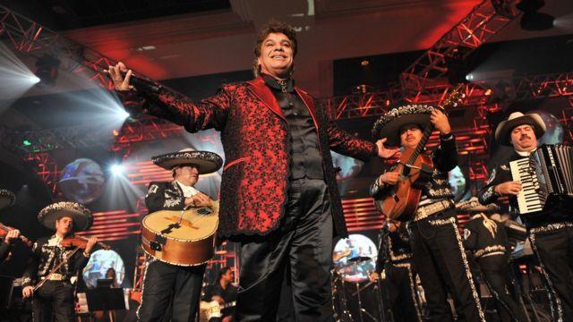 Juan Gabriel en el escenario con mariachis.