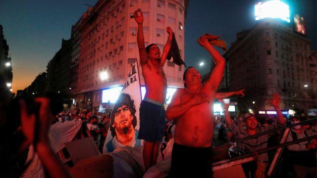 Seguidores de Maradona en el Obelisco, Buenos Aires