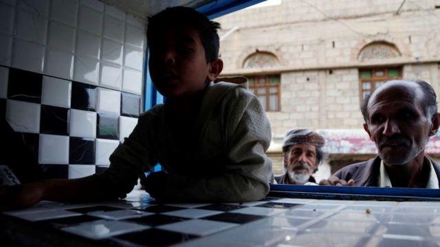يمنيون ينتظرون تلقي الطعام في صنعاء في 13 أكتوبر/تشرين الأول 2019