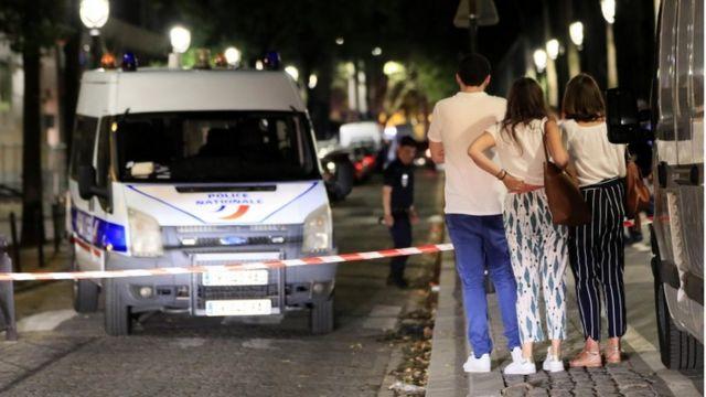 Transeúntes observan a la policía investigando el lugar del ataque