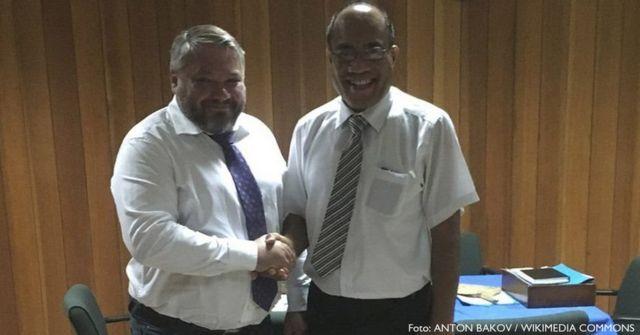Antón Bakov se reunió con el presidente de Kiribati, Taneti Mamau. Foto: Antón Bakov / Wikimedia Commons