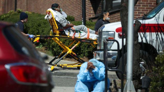 Un paciente y equipos médicos en Nueva York.